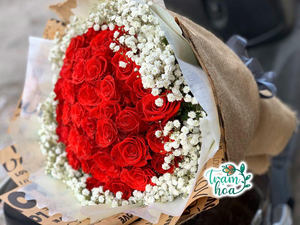 Bó hoa hồng đỏ viền baby xung quanh