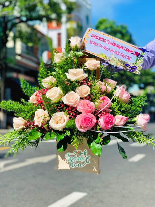 Lẵng hoa để bàn khoe sắc