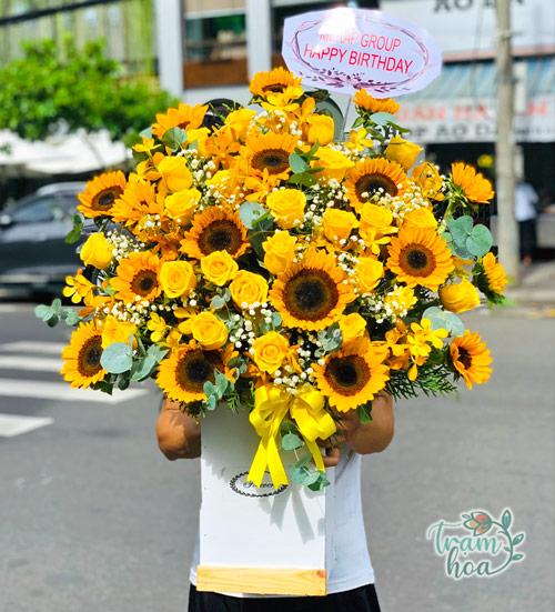 Giỏ hoa rực rỡ