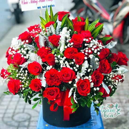Giỏ hoa hồng - loài hoa thích hợp tặng sếp nữ