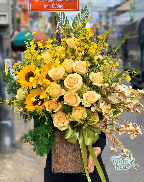 Giỏ hoa hướng dương phối hoa hồng, lan vàng tặng sếp nam