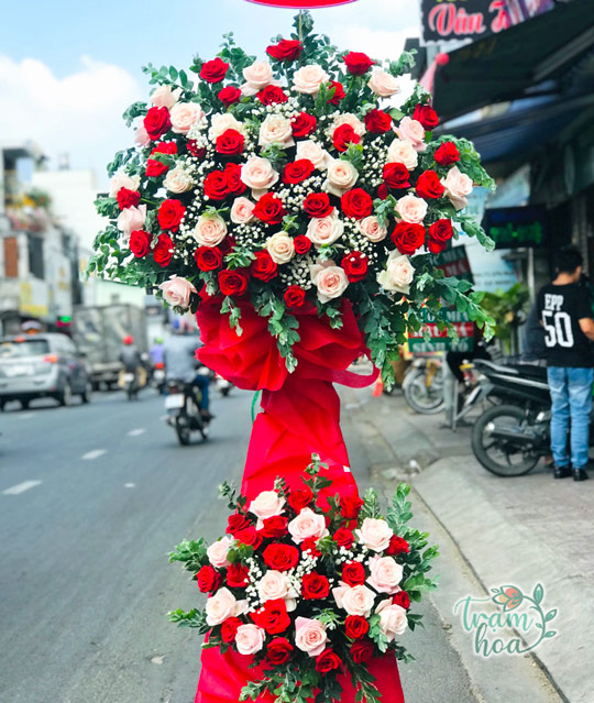 Lẵng hoa hồng luôn nổi bật trong ngày chúc mừng 21-6